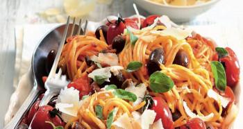 Ostré těstoviny s rajčátky a olivami