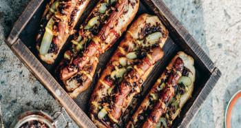 Cibulové hotdogy s meruňkovou hořčicí a zkaramelizovanou cibulí