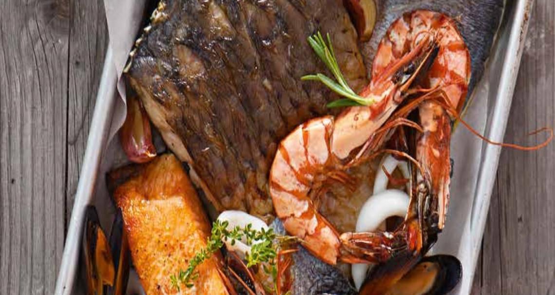 Pestrý rybí pekáč a šťouchané brambory se slaninou a zeleným pepřem