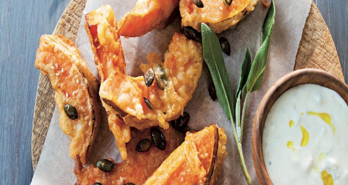 Dýně v sezamovo-šalvějovém těstíčku se sýrovým dipem