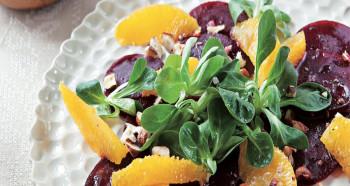 Salát z pomerančů, řepy a oříšků