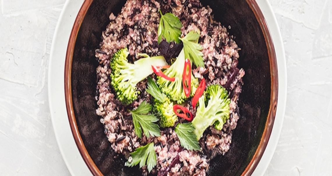 Kaše z divoké rýže a quinoy s červenou řepou a brokolicí